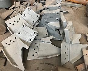 雷蒙磨铲刀具在中间位置起铲原料的作用
